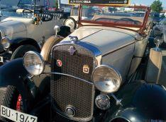 Coches antiguos en el aparcamiento del hipermercado E.Leclerc. /SN