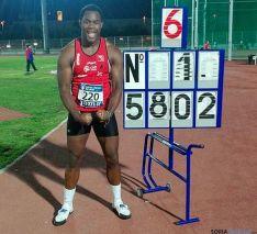 El atleta con su marca.