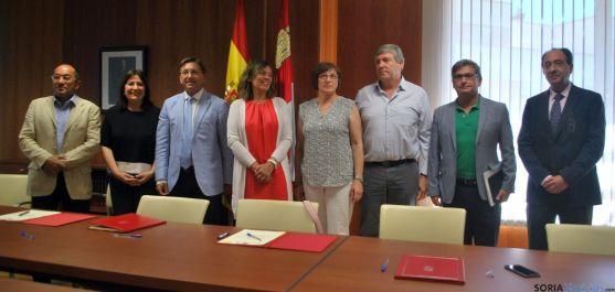 La consejera (4ª izda) con representantes de los GAL y responsables institucionales. / SN