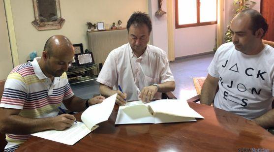 La firma del acuerdo con los bomberos voluntarios./Ayto.
