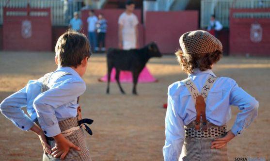 Dos alumnos en la escuela de Tauromaquia de Salamanca./DipSal