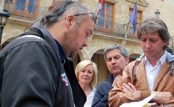 Iván Aparicio, de ASRD, con el alcalde, Carlos Martínez este junio. / SN
