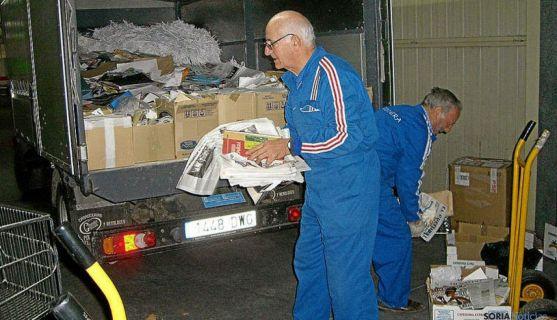Recogida de papel por parte de voluntarios./DOS