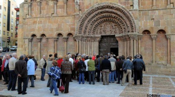 Visitantes en la portada de Santo Domingo, en la capital. / SN