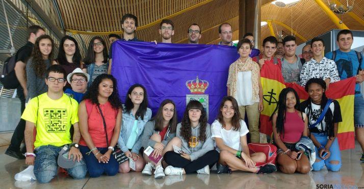 El primer grupo en el aeropuerto de Barajas./DOS