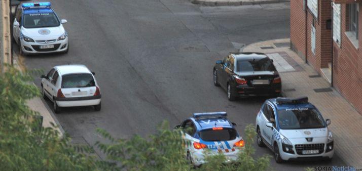 Los coches policiales esta tarde de martes./SN