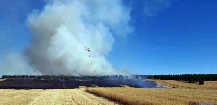 Un helicóptero en las labores de extinción. / SN