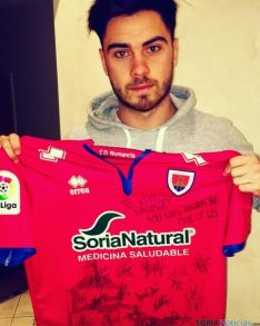 Naumoff posa con una camiseta personalizada para él del C.D. Numancia.