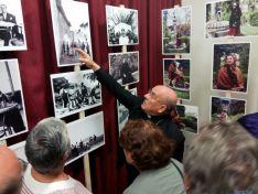 El arzobispo Vicente Jiménez, observando algunas fotos. /P.C.