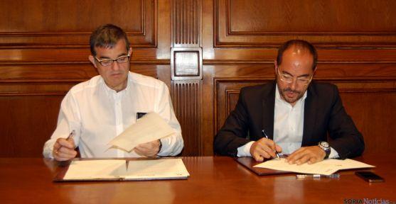 Santamaría (izda.) y Rey en la firma del convenio. / Dip.