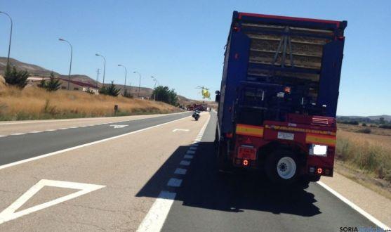 Imagen del camión accidentado en Langa de Duero.
