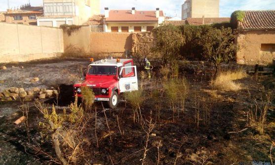 Incendio en el exterior de una propiedad de Almazán, Soria.