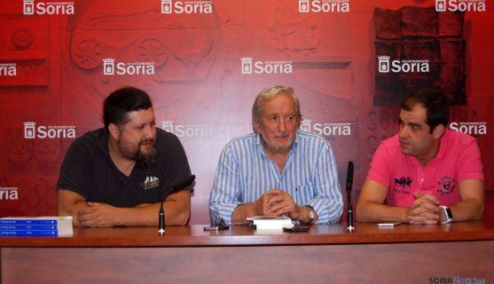 Jesús Bárez y los organizadores del evento musical en la plaza de toros.