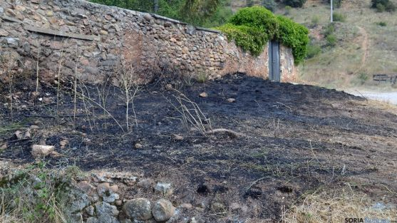 El fuego se ha iniciado junto al muro de una casa. /SN