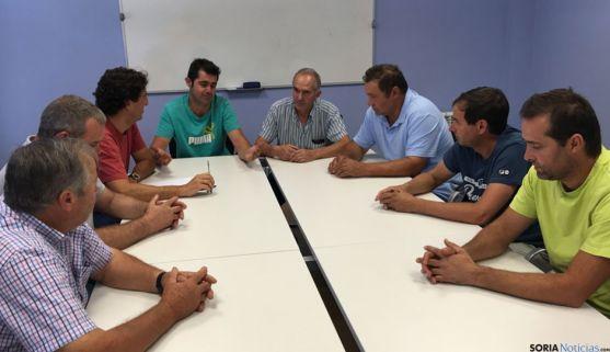 Afectados por el retraso en la concentración parcelaria reunidos en ASAJA Soria.