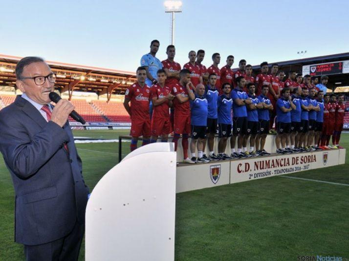 Presidente, jugadores y cuerpo técnico durante la presentación. CDN