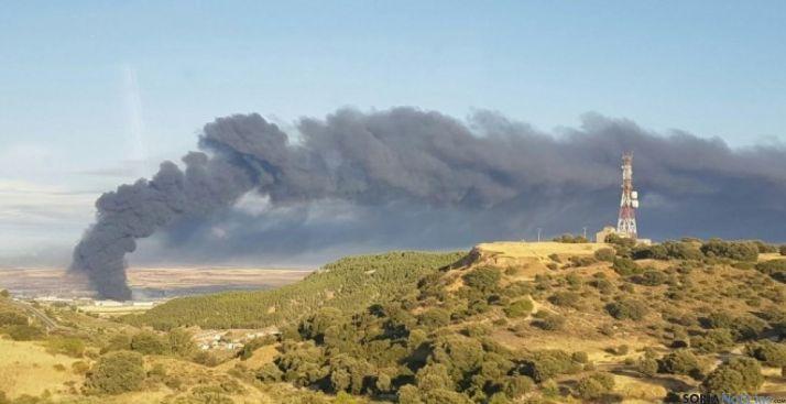 Columna de humo de la planta de Chiloeches (Guadalajara). /publico.es