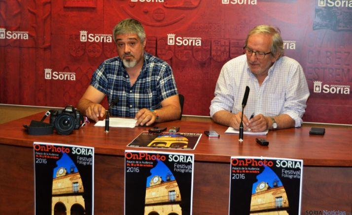 Juan Carlos Rodrigo, presidente de AFOMIC junto con Jesús Bárez, concejal de Cultura.