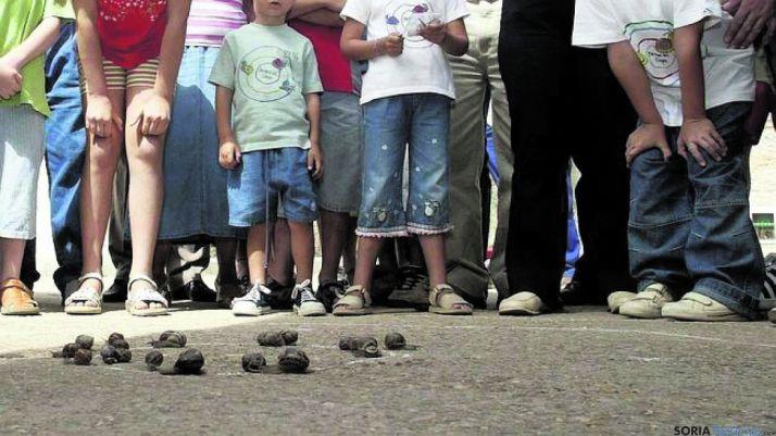 La carrera de caracoles tiene mucho éxito. /Archivo