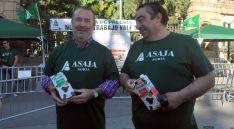 Imagen del reparto de leche de ASAJA este martes. / SN