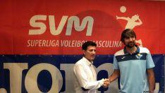 El jugador con el vicepte. del club./CVRD