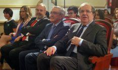 Juan Vicente Herrera, en primer término, en el Salón Rojo del IES Machado. / SN