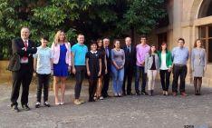 Herrera, con alumnos que han logrado los Premios Nacionales y Extraordinarios de ESO, FP. / SN