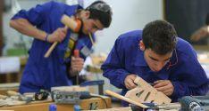 Jóvenes trabajando en un taller.