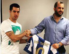 Mario, con el presidente del club heleno./MM
