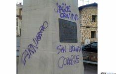 Las pintadas sobre el monolito en la localidad pinariega. / SN