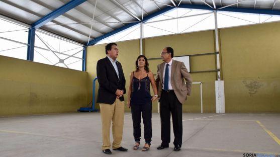 Barrio (izda.), Uceda y López en el aula de gimnasia del CEIP Numancia. / Jta.
