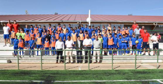 Autoridades y jóvenes deportistas esta tarde en el nuevo campo. / Jta.