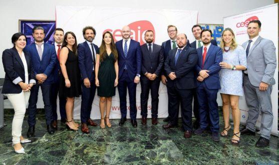 Jesús Ciria (dcha.) con los miembros de la nueva directiva de Ceaje.