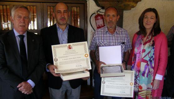 María José Heredia con funcionarios galardonados y el director de la prisión. / Subdeleg