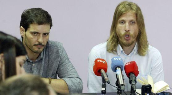 Pablo Fernández (dcha.) y Jorge Ramiro en  la sede de Podemos Soria. / SN