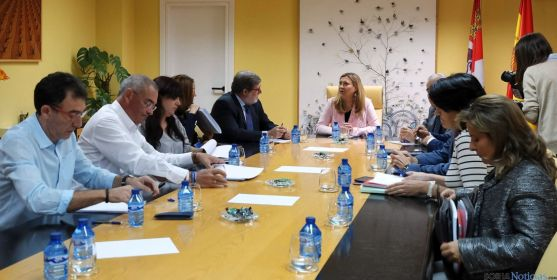 Agentes sociales y responsables de Economía y Hacienda este lunes en Valladodlid. / Jta.