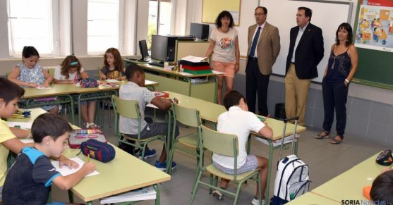 El delegado territorial en una de las clases del CEIP Numancia. / Jta.