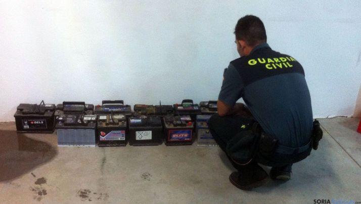 Un agente con las unidades aprehendidas./GC