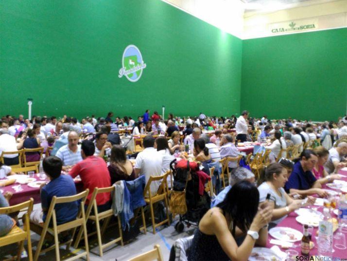 Unas 450 personas, en la cena popular. /SN