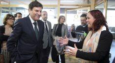 El consejero, con Victoria Tortosa este viernes en la sede de El Hueco. / SN