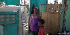 Una madre y su hijo en su casa destrozada en Haití. /Marie Arago
