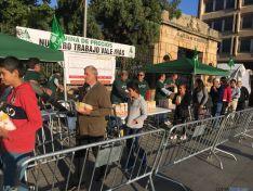 ASAJA Soria durante el reparto en la plaza Mariano Granados./ ASAJA Soria