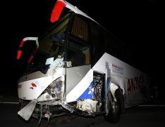 Foto 3 - Fallece un conductor de un turismo tras colisionar con un autobús en Cidones