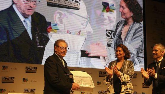 Millán Maroto recibe el premio de la mano de Josefa García-Cirac. / SN