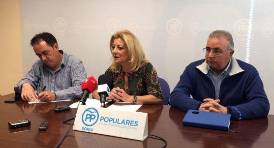 Ascensión Pérez, entre Benito Serrano (izda.), y Fidel Soria.