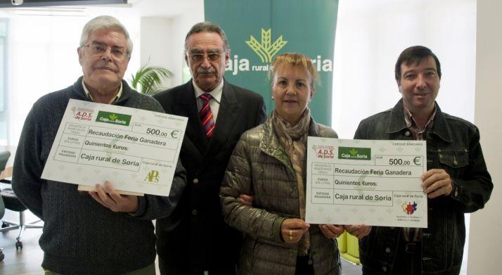 Entrega de los cheques en la Caja Rural.
