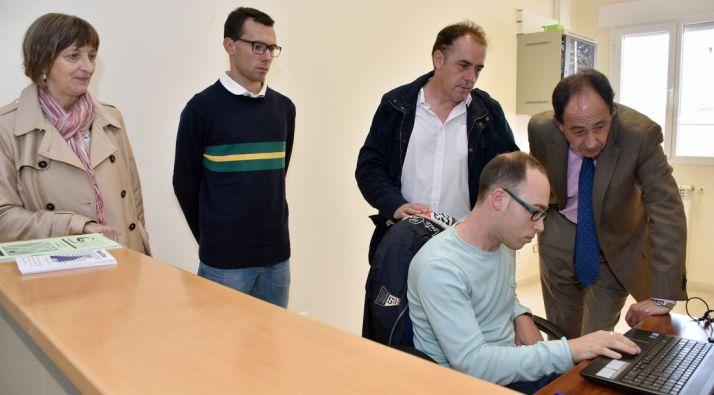 López (dcha.) Serrano y Ruiz con los empleados del programa ELEX en Golmayo.