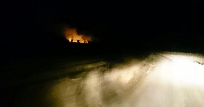 El fuego (izda.) desde un camino forestal./SN