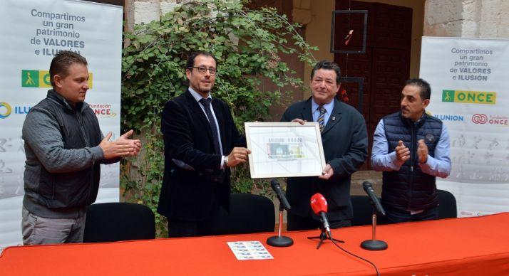 El alcalde (2º dcha.) y el delegado de la ONCE en Castilla y León. / ONCE