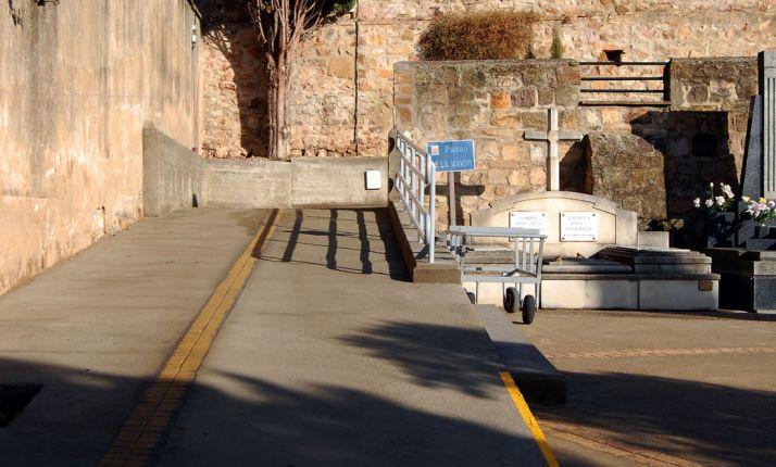 Nueva rampa de acceso en el cementerio./ SN